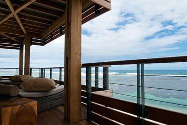 Admirez cette vue superbe sur l'océan depuis votre balcon...