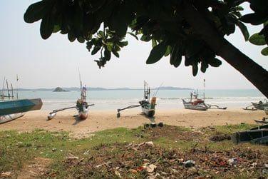 Les bateaux colorés alignés sur la plage