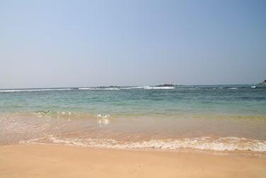 Plage de sable blond, mer turquoise qui renferme de nombreux poissons