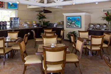 Le Comfort Suite possède un restaurant situé près de la piscine