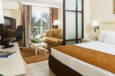 Une chambre avec grand lit double