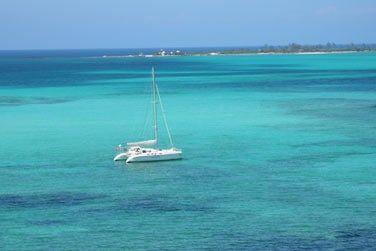 Pourquoi ne pas opter pour une sortie en catamaran sur les lagons turquoise des Bahamas ?