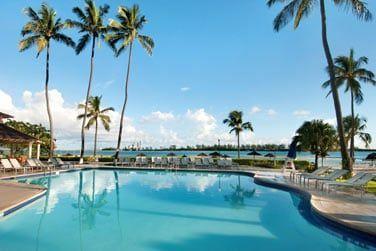 La piscine avec vue sur la mer et l'île de Paradise Island à l'horizon