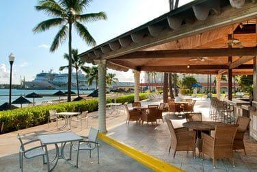 Vue mer, le Patio Bar & Grill pour un snack