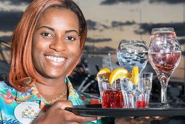 Ne manquez pas les cocktails tropicaux servis au bar de l'hôtel