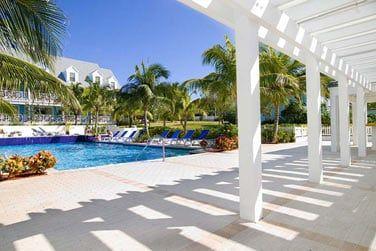La piscine aménagée de l'hôtel