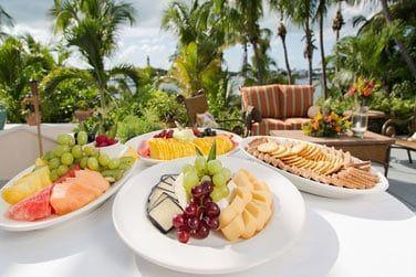Le Reef Bar & Grill vous accueille sous les palmiers dans un cadre décontracté