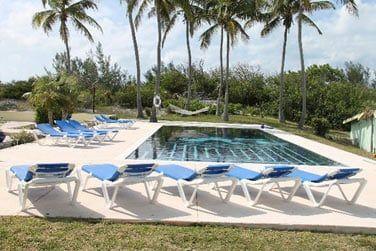 La piscine, le lieu parfait pour des heures de farniente au soleil