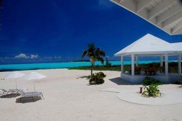 Le long d'une belle plage de sable blanc