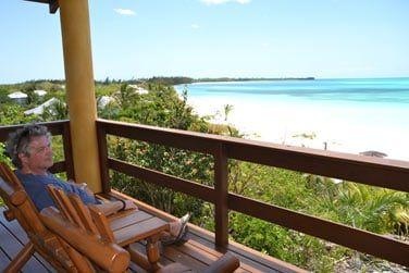 ... ou simplement détente sur votre terrasse face au bleu turquoise du lagon !