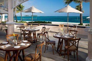Snacks, hamburgers, hot dogs et buffet sur le thème des Caraïbes une fois par semaine au retauran,t O'Grille.