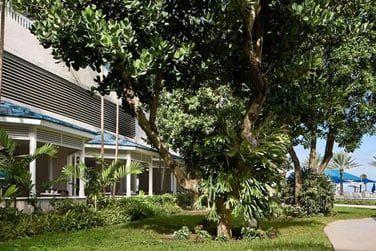 Ses chambres sont réparties dans de jolies jardins tropicaux.