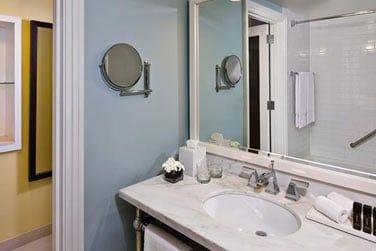 Toutes les chambres sont bien équipées et dispose d'une salle de bain agréable et lumineuse.