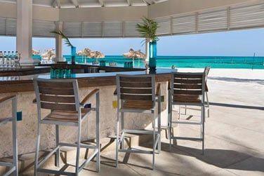 Le Wet Bar, face à la mer, vous sert des cocktails directement dans la piscine ou sur la plage.