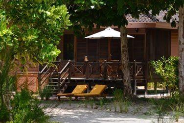 Construites en bois, les villas de 1,2 ou 3 chambres se fondent dans le paysage