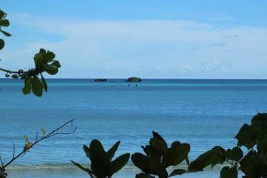Vous pourrez admirer à l'horizon les îles de St Pierre ou Chauve-Souris