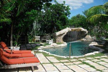Profitez de la petite piscine de l'hôtel pour vous rafraîchir et vous détendre au soleil