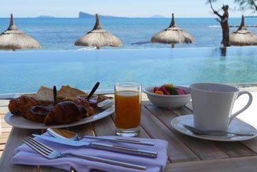 Petit déjeuner face à cette belle vue sur le Coin de Mire à l'horizon