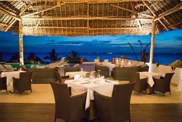 Le restaurant principal offre une vue panoramique sur la baie de Michamvi