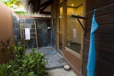 Salle de bain ouverte sur l'extérieur