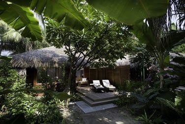 Les villas sont disséminées dans les jardins ou sur pilotis