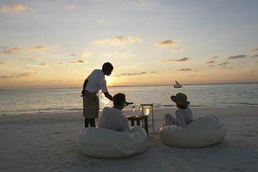 Apéritif au champagne sur la plage face au coucher du soleil...