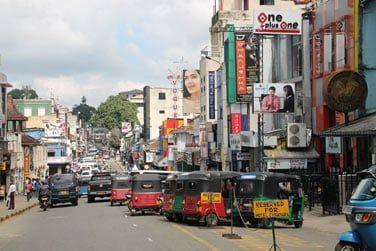 Les rues de Kandy, colorées et animées et des tuk-tuk partout !