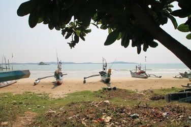 Les bateaux colorés alignés sur la plage...