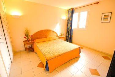 Chambre de l'appartement avec kitchenette de la résidence Caribia