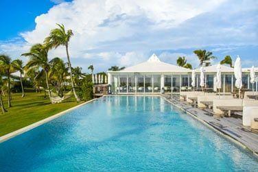 La piscine, avec vue à 180 degrés sur la mer