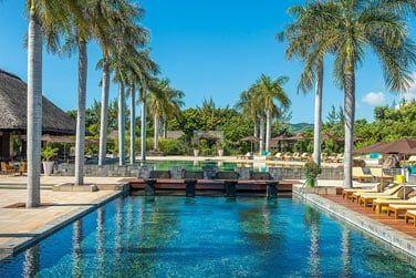La piscine de l'hôtel entourée de palmiers