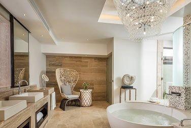 Salle de bain élégante et épurée de la Suite Présidentielle