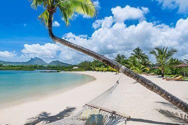 Un hôtel bordé par une belle plage de sable blanc et un lagon bleu turquoise