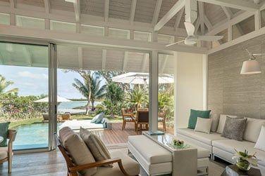 Le salon de la Villa plage Sanctuary avec piscine ouvert sur les espaces extérieurs