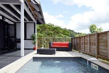 La terrasse confortable avec sa piscine privative