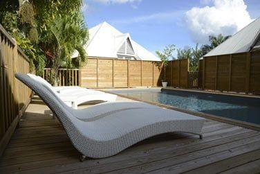 Profitez pleinement du soleil confortablement installé sur l'un des transats au bord de la piscine