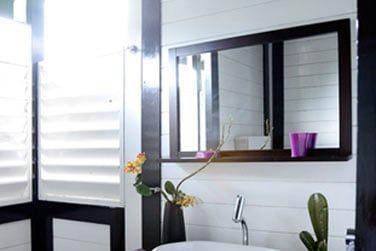 La salle de bain lumineuse et raffinée