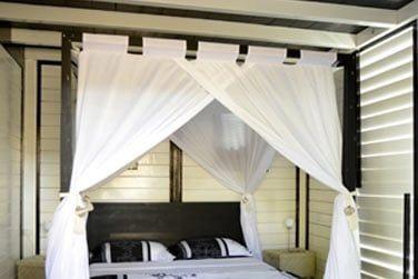 Chambre au rez-de-chaussée avec son lit à baldaquin