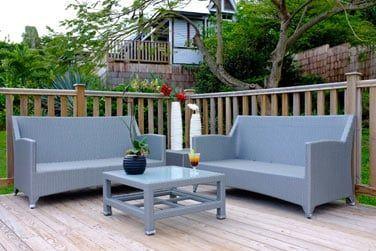 La terrasse amnagée donne sur le jardin luxuriant