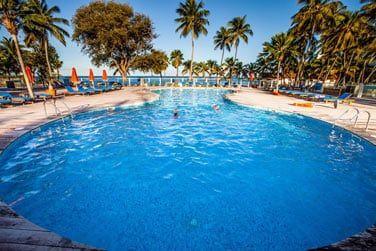 Un bon bain rafraichissant vous attend dans la piscine de l'hôtel