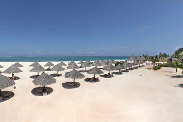 La superbe plage de sable blanc