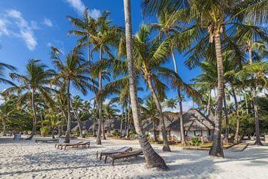 La plage de l'hôtel aménagée pour vous garantir des heures de farniente au soleil...