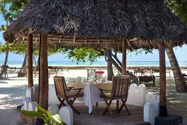 Repas sur la plage, avec vue sur la mer turquoise...
