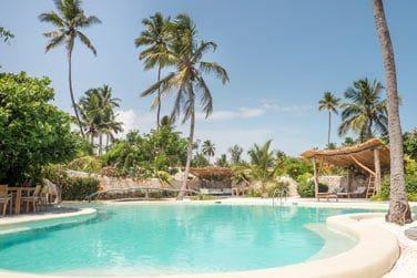 Relaxez-vous au bord de la piscine de l'hôtel