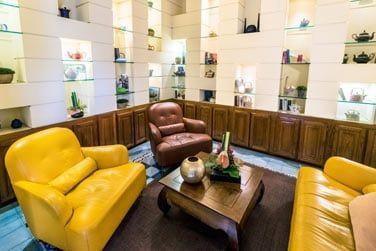 Une salle colorée aux canapés et fauteuils confortables