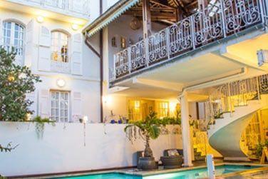 L'hôtel Juliette Dodu possède une petite piscine au pied de la demeure...