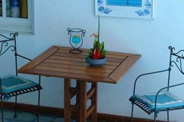 Vous pourrez également prendre votre petit déjeuner ou dîner au bord de la piscine sur la terrasse...