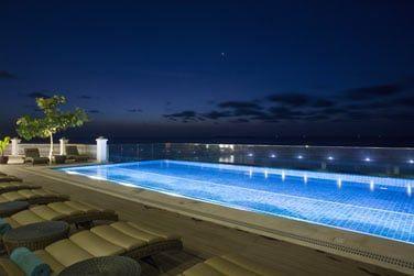 Le soir, une atmoshpère cosy et romantique s'installe au bord de la piscine