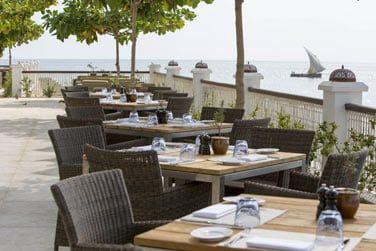 La terrasse du restaurant offrant une vue magnifique sur le port et l'océan