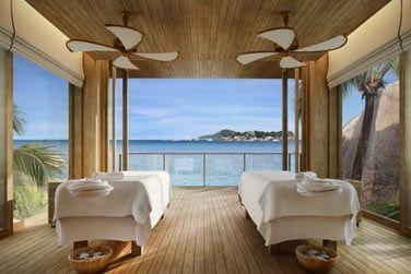Relaxez-vous lors d'un massage face  la mer au Six Senses Spa